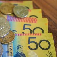 pengar sedlar och mynt foto