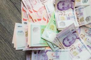 pengar bakgrund från olika nominella singapore dollar foto