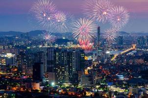 färgglada fyrverkerier i Seoul, Sydkorea. foto