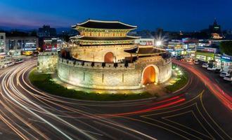 hwaseong fästning (paldalmun) foto