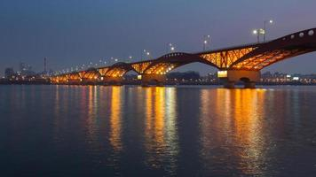 seongsan bridge på natten foto