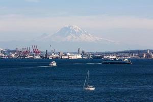 hamn i Seattle med mt.rainier foto