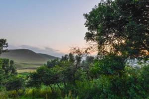 berg under solnedgången foto