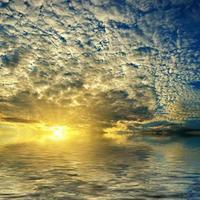 vacker solnedgång med moln. foto