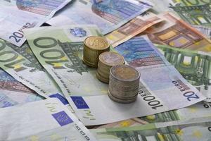eurosedlar mynt isolerade pengar foto