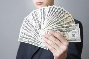affärsman med pengar i studion foto