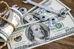 närbild bultar muttrar och pengar foto