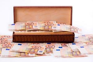 låda full av europeiska pengar foto