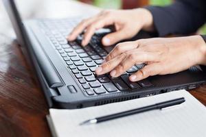 affärskvinna analysera investeringsdiagram med laptop. accountin foto