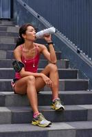 törstig kvinna vattenflaska foto