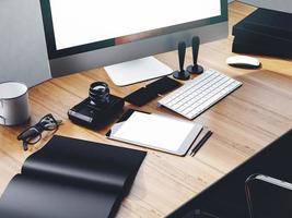 foto av modern arbetsyta med stationär skärm, surfplatta, kamera, tangentbord