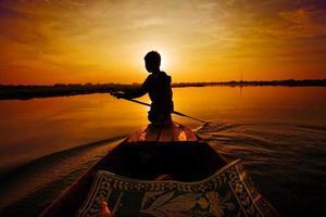 solnedgång båttur foto