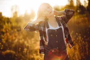 flicka i ett fält