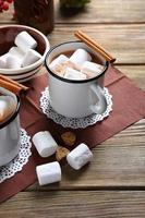 choklad med kanel i en vit kopp foto