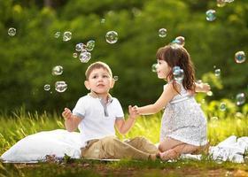 porträtt av en pojke och en flicka på sommaren