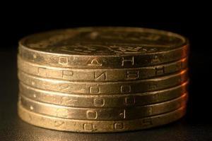 kolumn med ukrainska en hryvnian mynt foto