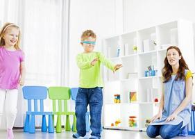 barn som leker gömställe. foto