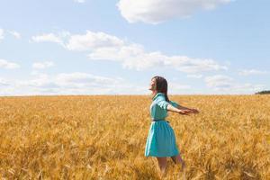 kvinna i vetefält