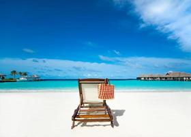 solstol på sandstranden. foto