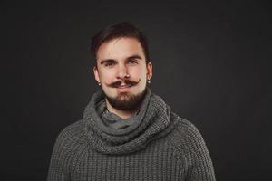 stilig kille med skägg i ulltröja foto