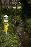 foto av liten pojke fiske