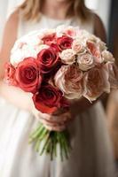 blommaflicka som håller brudbukett foto