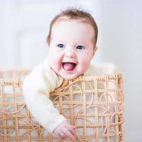 baby i en tvättkorg foto