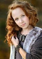 porträtt av en vacker liten rödhårig tjej foto