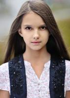 porträtt av en vacker liten brunett tjej foto