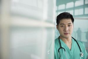 porträtt av asiatisk manlig kirurg. foto