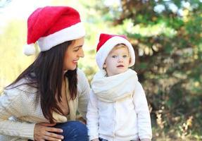 jul och familj koncept - lycklig mamma med barn foto