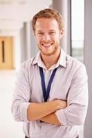 porträtt av manlig läkare som står i sjukhuskorridoren foto