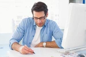 fotoredaktör som skriver på ett papper foto
