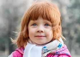 porträtt av en vacker liten flicka i parken