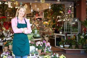 kvinna som arbetar i blomsterhandlare foto
