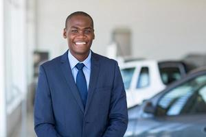 ung afrikansk affärsman i bil showroom