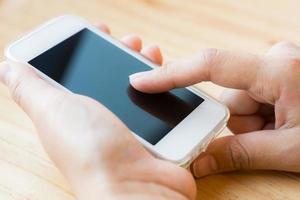 hand peka på skärmen på smart telefon foto