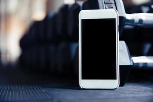 smartphone med blank skärm i gymmet foto