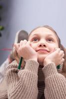 liten flicka som drömmer eller tänker foto
