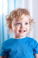 porträtt av ett söt litet barn foto