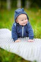 glad liten pojke foto
