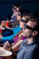människor som tittar på tredimensionell film. foto