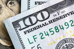 närbild på dollarräkningen foto