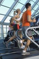 joggar på löpband i gymmet foto