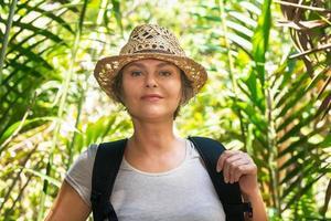 kvinna vandra i tropisk skog