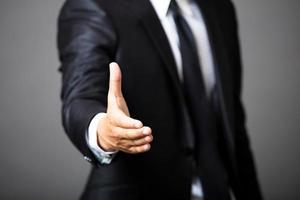 affärsman som erbjuder handskakning foto
