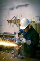 arbetare mala i verkstaden foto