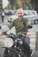 stilig medelålders man motorcyklist foto