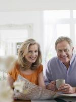 äldre par med karta hemma foto
