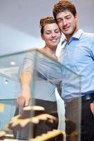 lyckliga unga par i smycken butik foto